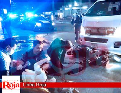Dos motociclistas lesionados al ser arrollados por una camioneta van turística en la avenida Juárez de Playa del Carmen