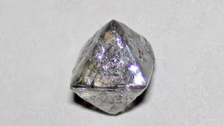 Científicos canadienses hallan dentro de un diamante un mineral nunca visto