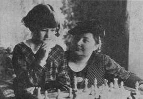 Elaine Saunders, de niña, recibiendo clases de Vera Menchik