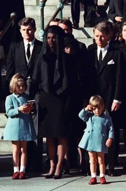 Foto do velório Jackeline com os filhos