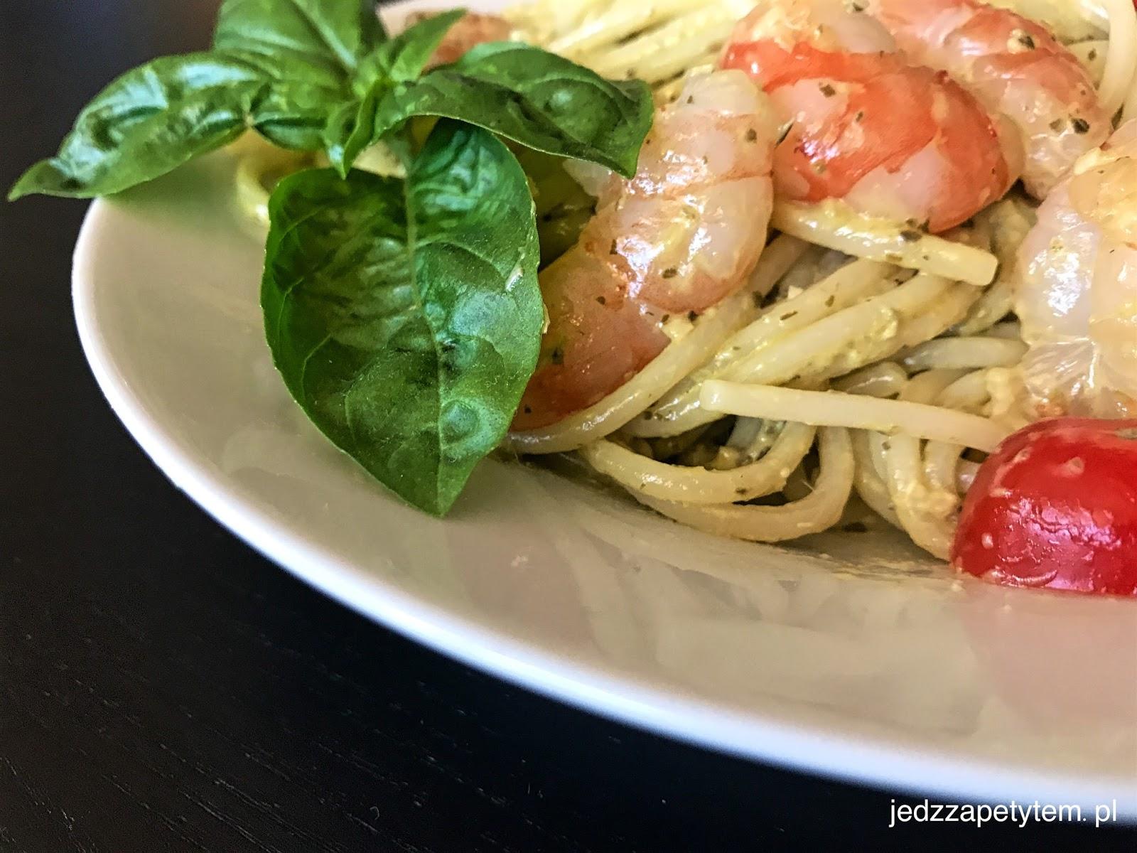 Spaghetti z krewetkami i pomidorkami koktajlowymi