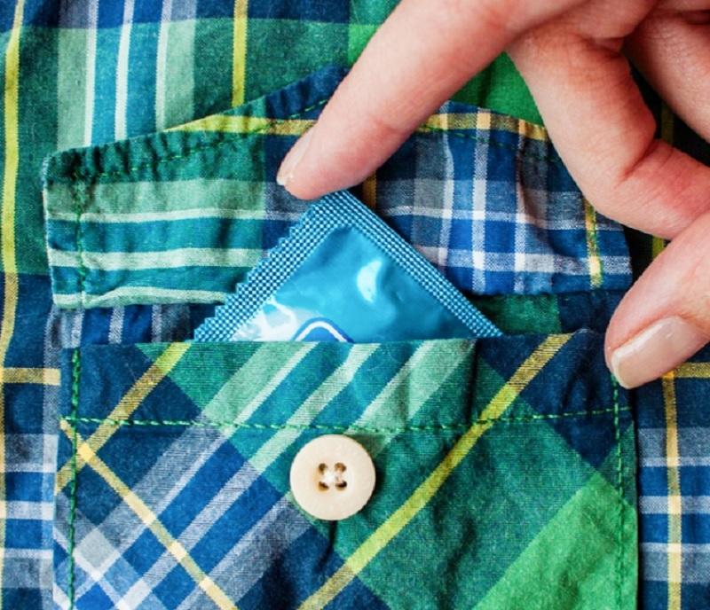 zdrada, seks, związek, relacja, prezerwatywa, kieszeń, koszula, skok w bok