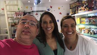 Empresário Marcelo e a família , com a repórter Renata da TV Record