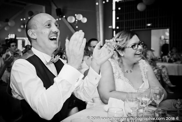 photo noir et blanc portrait volé marié joie bonheur sourire