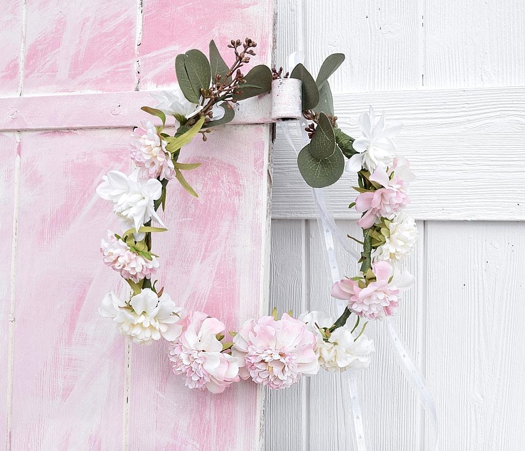 Romantischer Blumenkranz selber machen.