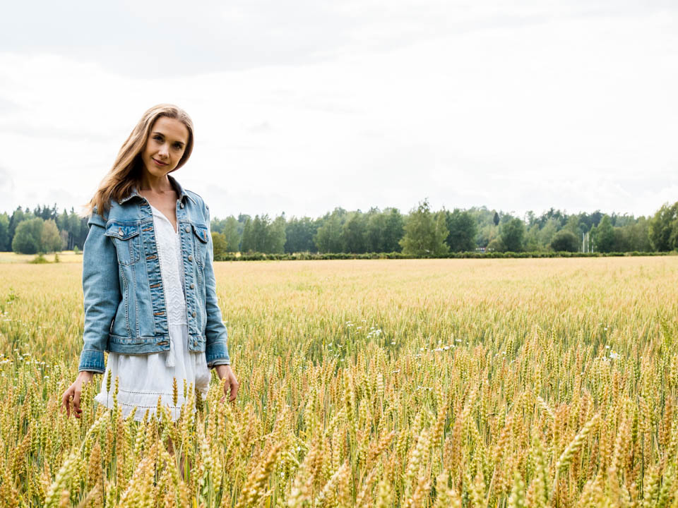 field-scandinavia-fashion-blogger-white-dress-denim-jacket-kesä-heinäpelto-muotiblogi-kesämekko-farkkutakki