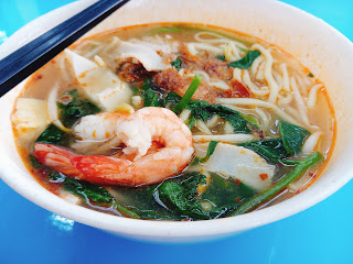 Prawn Mee with Prawn (duh!!), fish cakes, greens