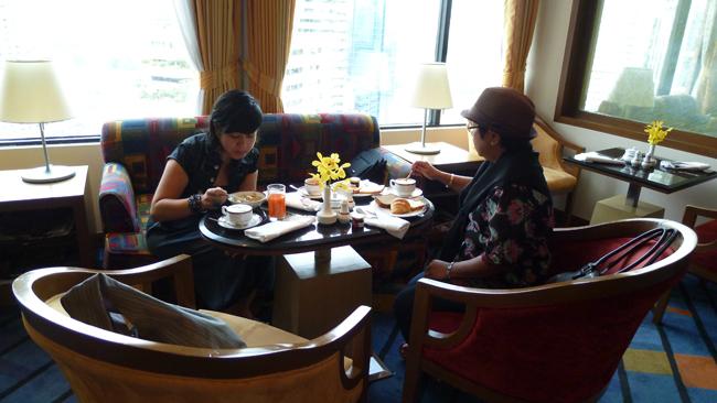 Las niñas desayunando