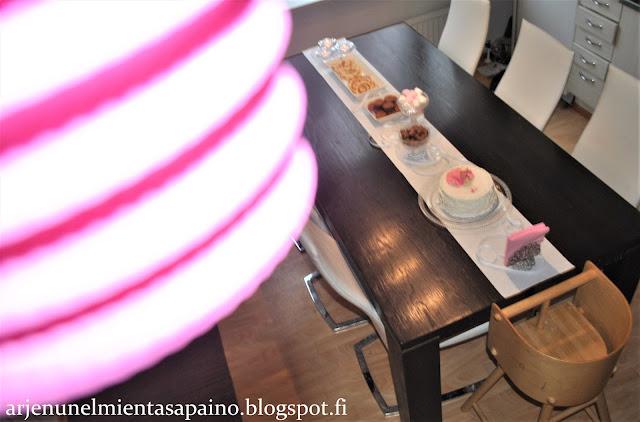 juhlapöytä, kakku, tarjoilut, muffinit, suolainen piirakka, synttärit