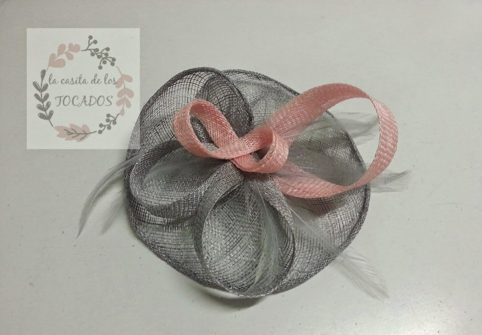 tocado con base en forma de corazón artesanal gris y rosa para boda de tamaño medio