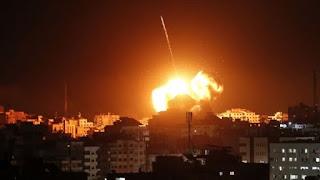 جرحى في تجدد الغارات الإسرائيلية على قطاع غزة .