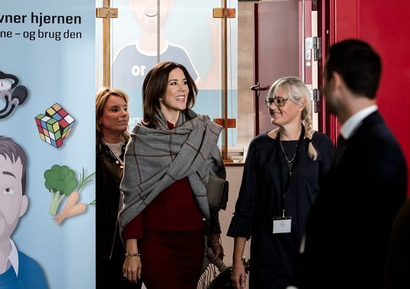 Princess Mary is the patron of Hjernesagen organization. Princess Mary wore red skirt suit, blazer an skirt