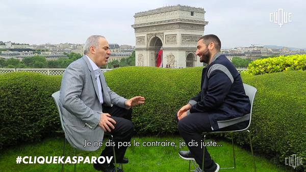 Le champion d'échecs Garry Kasparov interviewé par Mouloud Achour