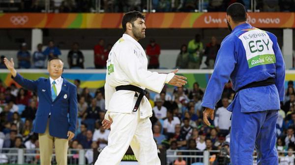 Judoca egipcio que se negó a estrecharle la mano a su par israelí fue enviado de regreso a su país