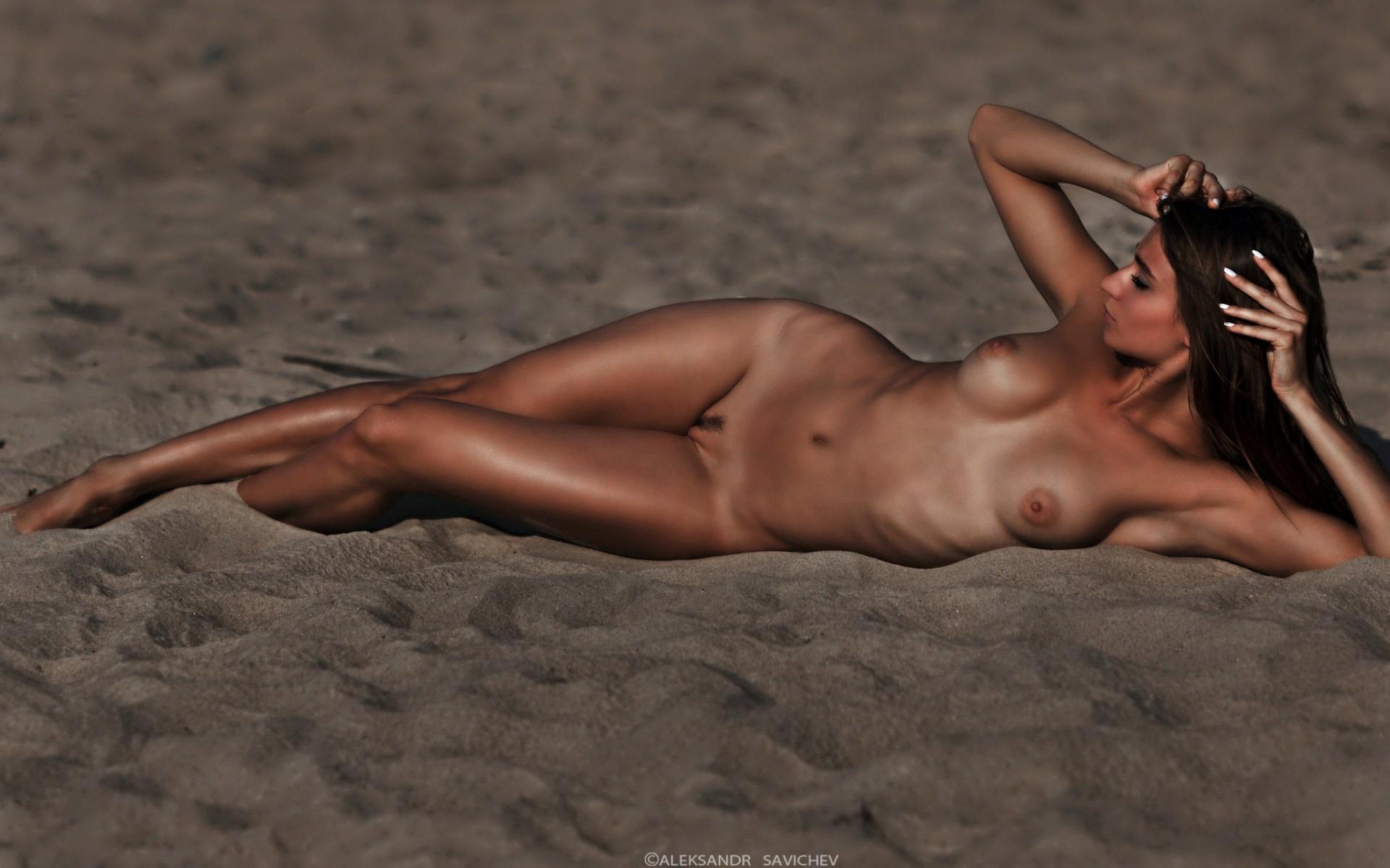девушки лежат голые на пляже видео