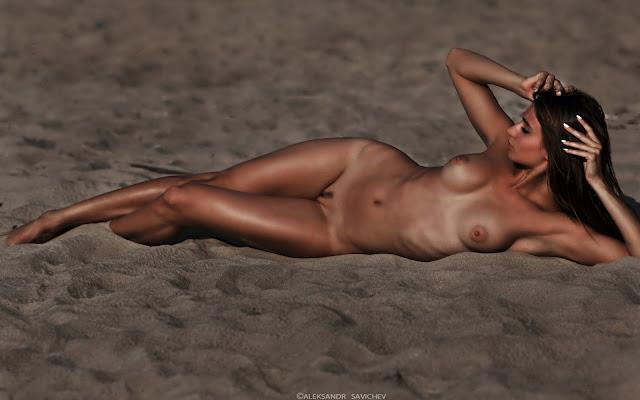 Загорелая, голая, девушка, красивая, грудь, тло, животик, ножки, лежит, песок, пляж, закат