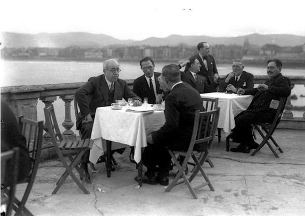 Manuel Azaña en la terraza del Real Club de Regatas de Gijón (22-9-1932; fotografía de Constantino Suárez, Fototeca del Pueblu d'Asturies)