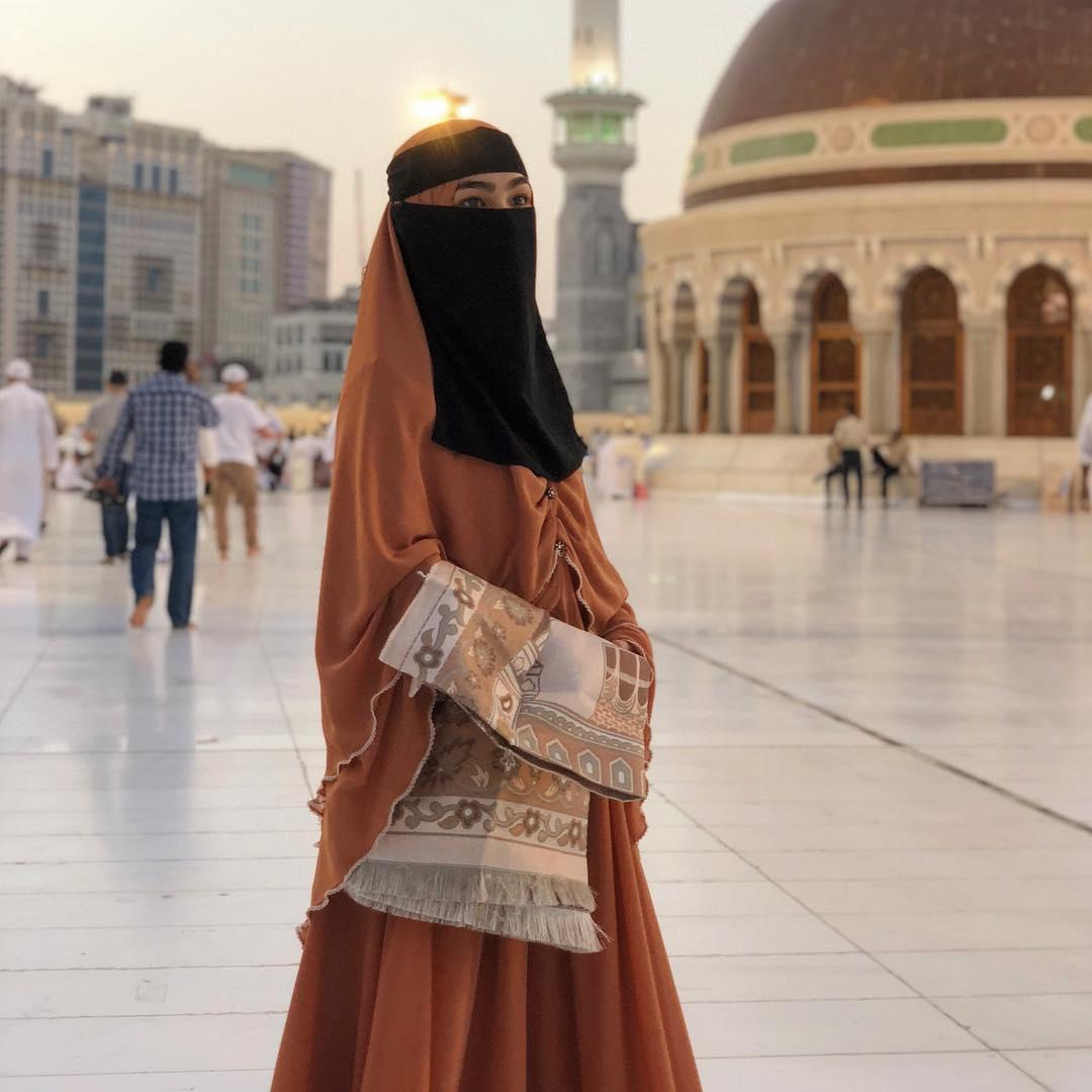 fesyen muslimah elfira loy di tanah suci mekah love is