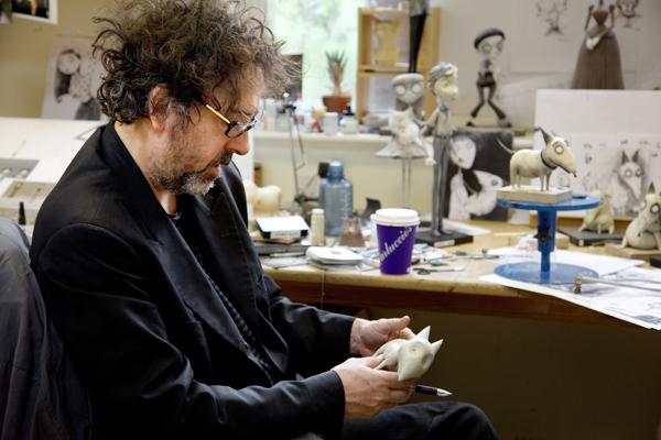 Tim Burton junto a las figuras de Frankenweenie
