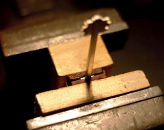 menjepit kayu dan kepala kunci dengan ragum