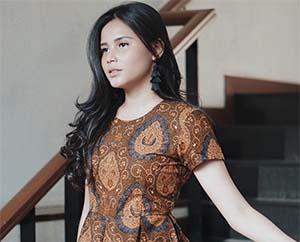 Yunita Siregar Pakai Batik