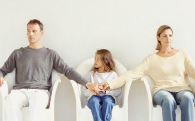 كيف يمكن تفادى الاثار السلبيه للطلاق على الاطفال اب ام زوج زوجة الخصام الانفصال رجل امرأة طفلة man woman husband wife divorce