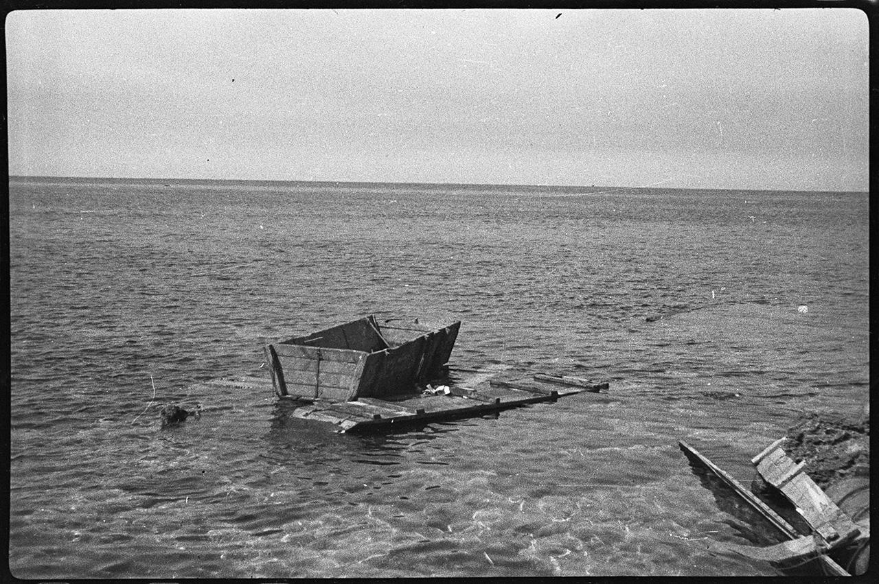 Ушаты, на которых пытались уплыть немецкие солдаты, на побережье Черного моря в районе Херсонесского аэродрома