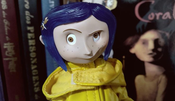 Boneca Coraline com rosto em destaque