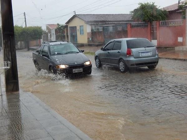 Manhã de domingo (24/03/2019) com muita chuva no município de Várzea do Poço, centro norte baiano.