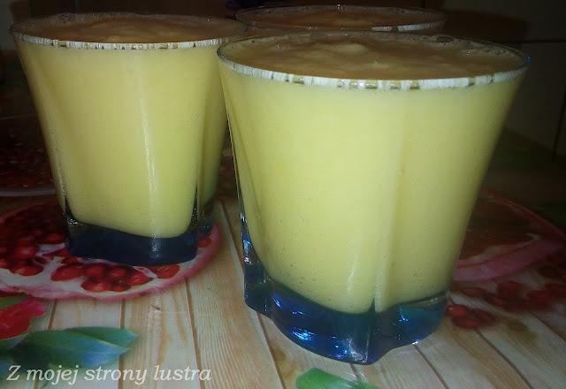 szklaneczka owocowego koktajlu