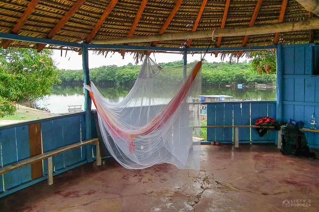 Paluch czeka na stopa w hamaku w amazońskiej wiosce