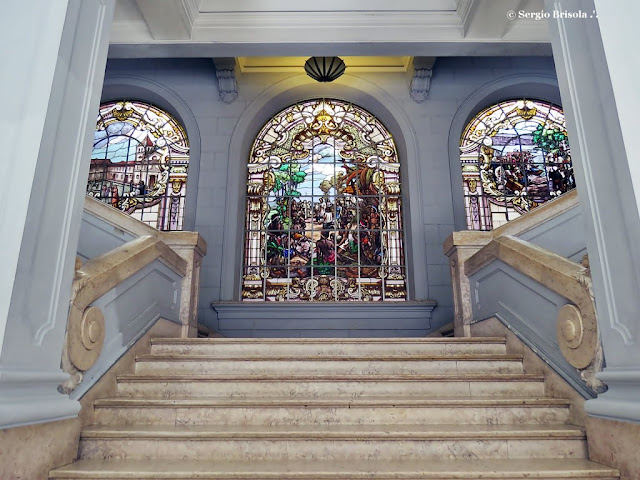 Foto em perspectiva frontal da escadaria principal Da Faculdade de Direito da USP