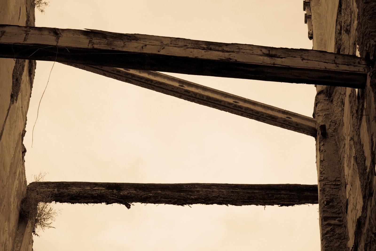 Vigas cruzando e segurando paredes velhas: ilustra a seção a respeito dos textos das linhas de ''Ta Kuo / Preponderância do Grande'', um dos 64 hexagramas do I Ching, o Livro das Mutações