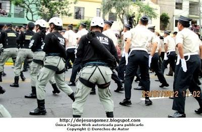 Foto de los GOES realizando piruetas en pleno desfile tomada por Jesus Gómez