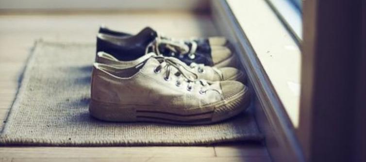 3134b234164 Αρκετές μελέτες που εξετάζουν τα βακτηρίδια που ζουν επάνω και μέσα στα  παπούτσια έχουν δείξει ότι δεν πρέπει ποτέ να μπαίνετε με τα παπούτσια σας  μέσα στο ...