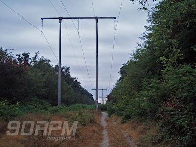 Altro sentiero ben battuto con tralicci simili ai piloni di una funivia