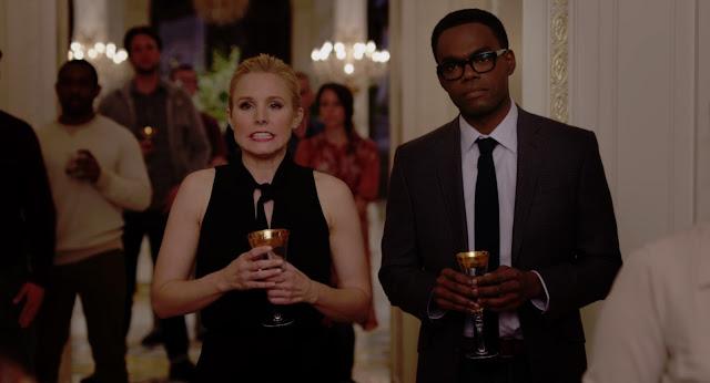 Ambos vestidos de traje con copas, en una fiesta, y ambos con caras de ups, menudo fallo