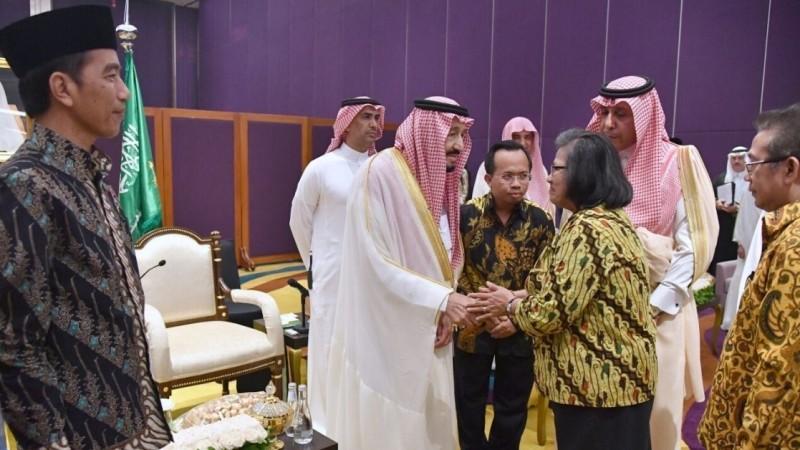 Jokowi tersenyum saat Raja Salman bersalaman dengan Ketua PGI