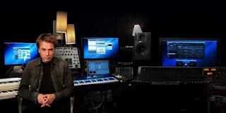 музыкант Жан-Мишель Жарр в окружении синтезаторов
