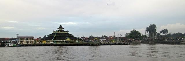 Wisata Sungai Kapuas Pontianak menggunakan kapal galaherang
