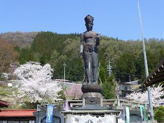 湯田中温泉の桜の名所 世界平和観音 正面