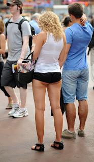 sexy-rubia-diminutos-shorts