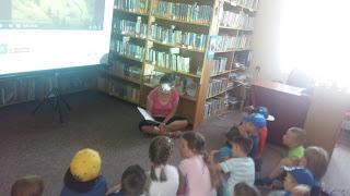 Bibliotekarka czyta książkę