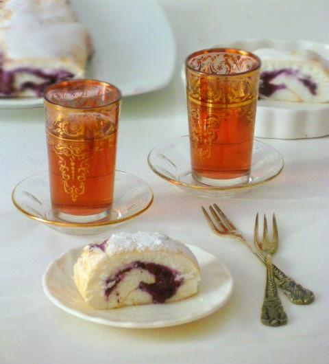 rotolo di meringa farcito con yogurt greco e confettura di mirtilli