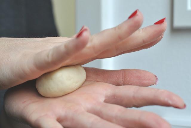 Mit den Händen kleine Bällchen formen