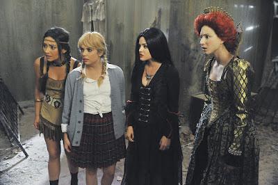 Shay Mitchel (Emily), Ashley Benson (Hanna), Lucy Hale (Aria) y Troian Bellisario (Spencer)