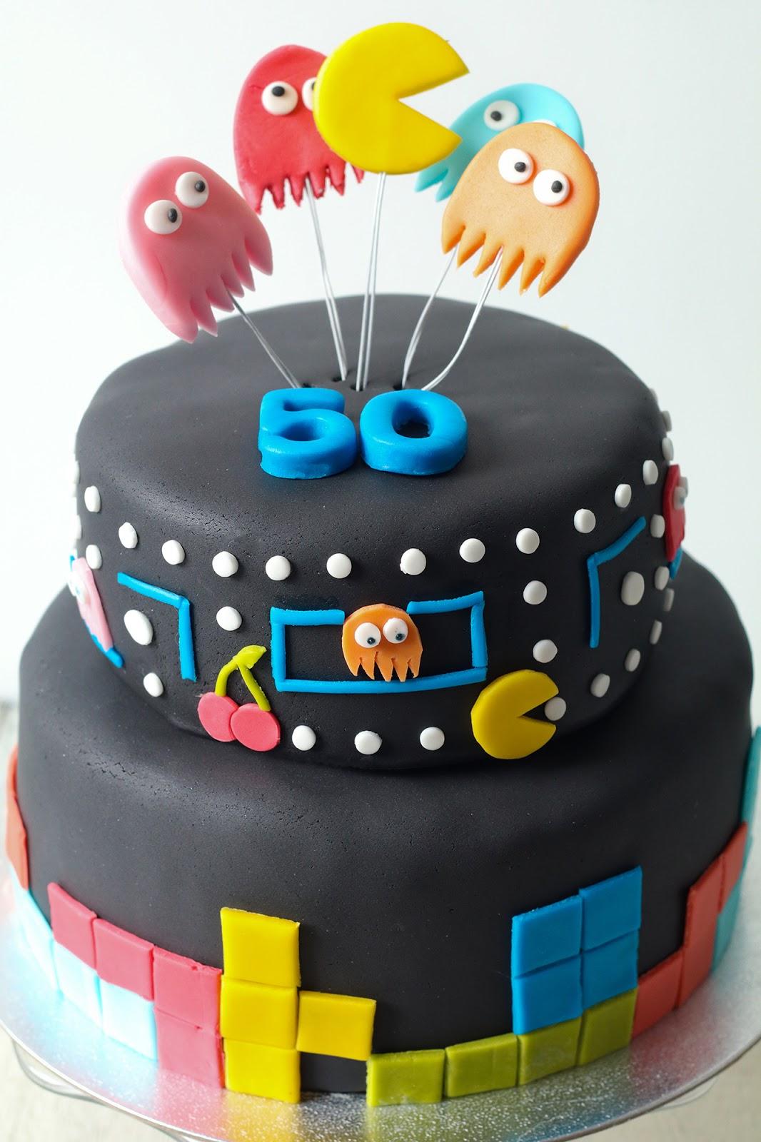 Recette d'un délicieux gâteau d'anniversaire au chocolat et à la cacahuète en pâte à sucre sur le thème de l'arcade