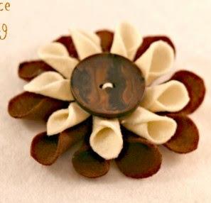 http://translate.google.es/translate?hl=es&sl=en&tl=es&u=http%3A%2F%2Fwww.pinkwhen.com%2Ffelt-fabric-flower-tutorial%2F