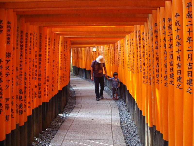 Die roten Torii Tore des Fushimi Inari Taisha in Kyoto