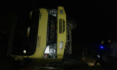 Dua Truck terbalik di tempat yang sama, diduga kelebihan beban